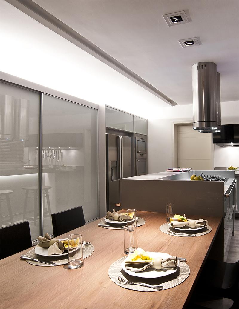 cozinha com mesa de apoio para refeições rápidas